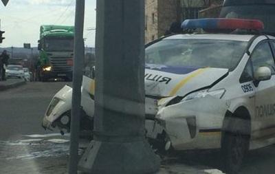 В Харькове авто патрульных влетело в столб