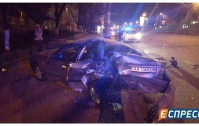 В Киеве водитель протаранил три авто: есть пострадавший