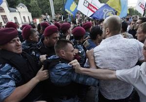Возле Украинского дома началась драка: против митингующих применили слезоточивый газ