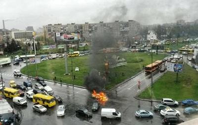 В Киеве  скорая  из-за пробок не смогла добраться к горящему авто