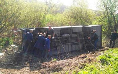 В Украине опрокинулся автобус: 17 пострадавших