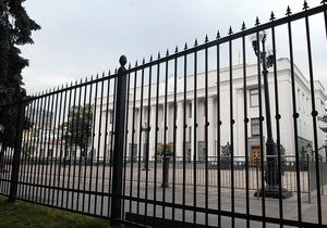 Забор у здания Верховной Рады заливают бетоном