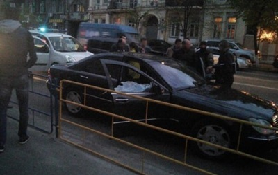 В центре Киева со стрельбой задержали Mercedes