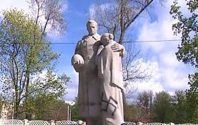 Братскую могилу в Харькове разрисовали свастикой