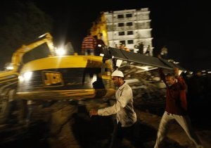 При обрушении дома в Индии погибли 27 человек, десятки остаются под завалами