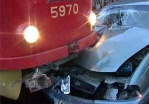 В Виннице автомобиль без водителя врезался в трамвай