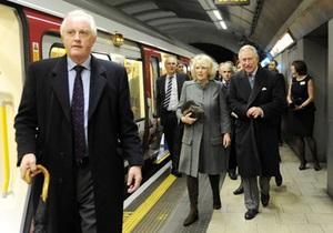 Принц Чарльз спустился в метро впервые за четверть века