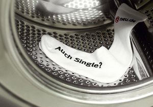 В Германии рекламу службы знакомств разместили на носках