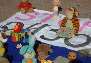 В Луганске на Последний мирный протест собрались игрушки