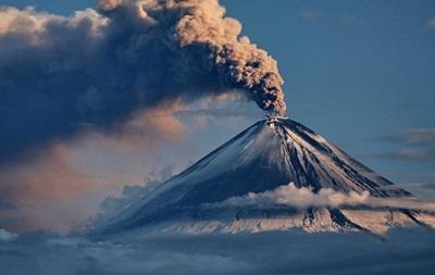 Вулкан на Камчатке выбросил столб пепла на три километра