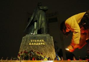 Во Львовской области неизвестные повредили памятник Бандере