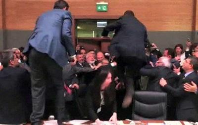 Заседание турецкого парламента закончилось дракой