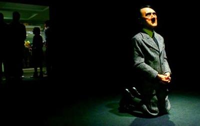 Статуя стоящего на коленях Гитлера продана за 17 млн долларов