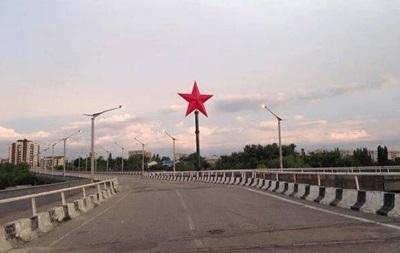 На въезде в Луганск появилась красная звезда