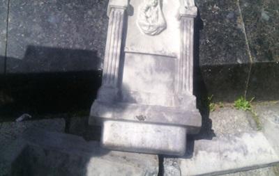 В Полтаве повредили фрагмент у стелы Небесной Сотни