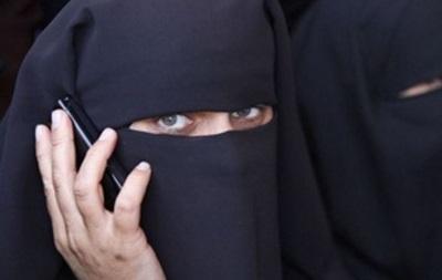 Суд в ОАЭ депортирует из страны женщину за чтение переписки мужа
