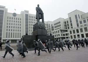 В Минске оппозиционеры облили валерьянкой памятник Ленину