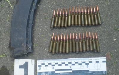 В Киеве во дворе дома нашли гранату и боеприпасы