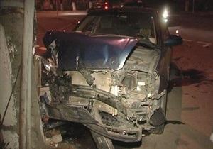 ДТП в Киеве: Lexus врезался в столб, Hyundai влетел в электроопору