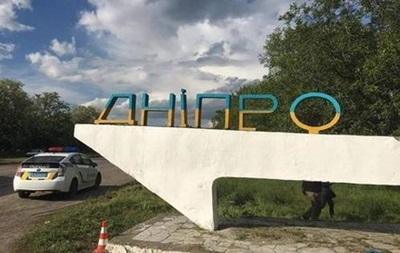 Со стелы на въезде в Днепр срезали  лишние  буквы