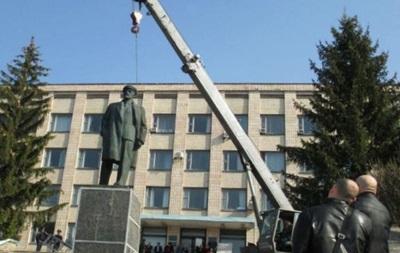 В Полтавской области снесли бронзового Ленина