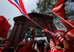 В Таиланде оппозиционеры попытались взять штурмом здание парламента
