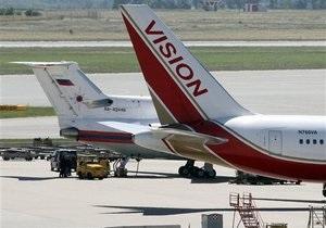Самолет с задержанными в США россиянами прибыл в Вену