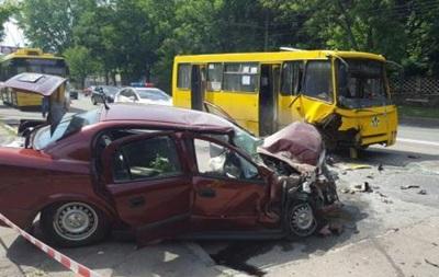 В Киеве маршрутка попала в ДТП: шестеро пострадавших