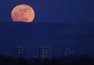 На Земле началось полное лунное затмение