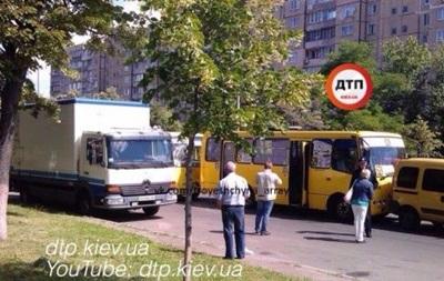 В Киеве столкнулись две маршрутки: четверо пострадавших
