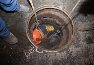 новости Киева - Киевводоканал - канализация - В Киеве на Подоле коммунальщики достали около двух тонн жира из канализации
