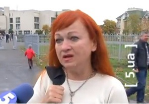 На Оболони ждущую Януковича женщину силой вытолкали из участка и отвезли в райотдел - канал
