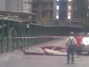 В центре Киева на тротуар упала бетонная плита