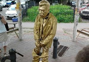 В Киеве и Львове установили памятники писающему Сталину