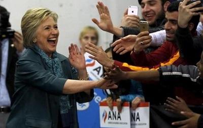 Опрос: Клинтон обходит Трампа почти на 13%