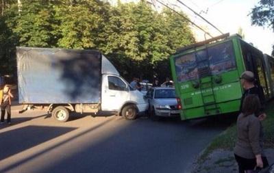 В Харькове столкнулись Skoda, Газель и троллейбус