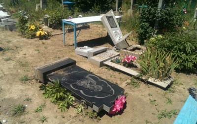 На Одесчине вандалы разрушили более 150 памятников на кладбище