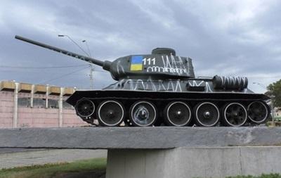 В Киеве пьяная пара разрисовала памятник танкистам