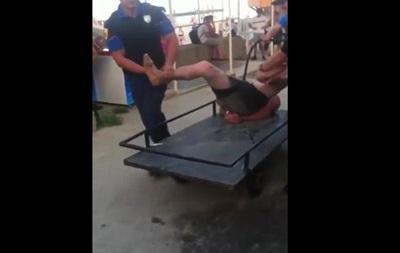 Копы отвезли одессита в участок на тележке
