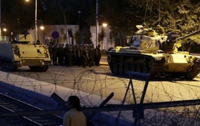 Танки открыли огонь у здания парламента Турции