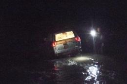 В Киеве автомобиль смыло в реку