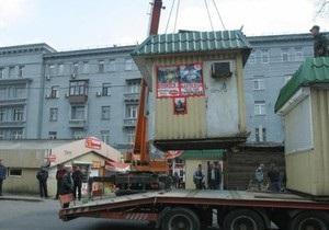 В Киеве начали сносить киоски у входов в метро