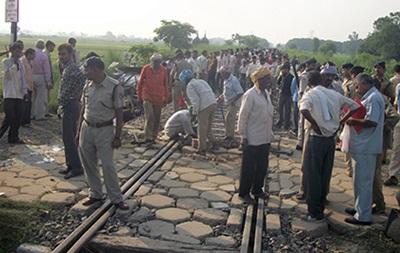 В Индии поезд врезался в школьный автобус, есть жертвы