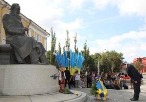 День Независимости - Виктор Янукович: В Киеве Янукович возложил цветы к памятникам Шевченко и Грушевскому