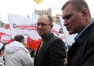 Лидеры оппозиции пришли в больницу к Тимошенко, но их не пустили