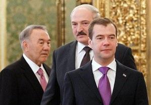 В центре Киева три человека агитируют за вступление Украины в Таможенный союз
