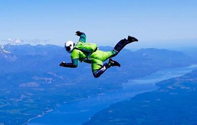 В США экстремал совершил прыжок из самолета без парашюта