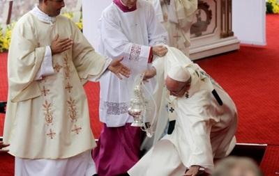 Папа Римский объяснил свое падение во время мессы