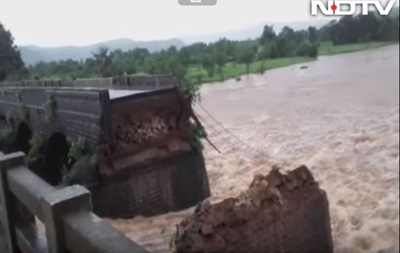 В Индии смыло мост с автобусами: 22 человека пропали