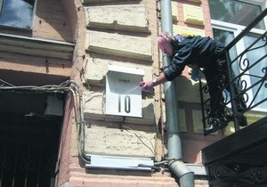 Киевлянин зарисовал адресные таблички на улице Петлюры